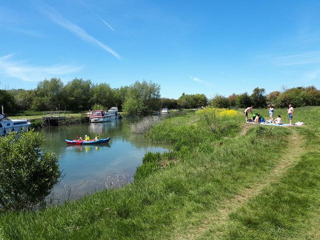 Picnicking beside the Thames near Tadpole Bridge