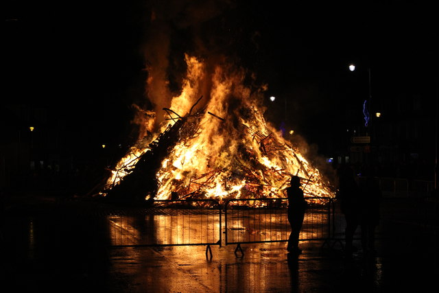 Biggar Hogmanay Bonfire © Graeme Yuill cc-by-sa/2.0 :: Geograph Britain and  Ireland