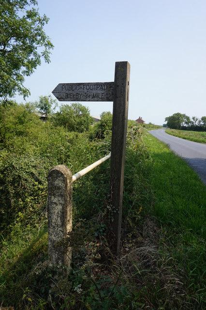 Fingerpost on Everingham Road at Galecarr Drain