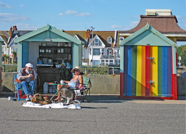 Hove : beach hut couple with dogs