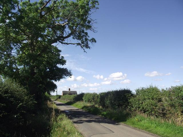 Warren Lane heads SSW past Grounds Farm Cottages