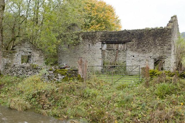Ruined barn by Peakshole Water