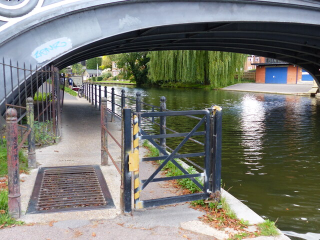 Footpath with cattle grid, Victoria Bridge, Cambridge