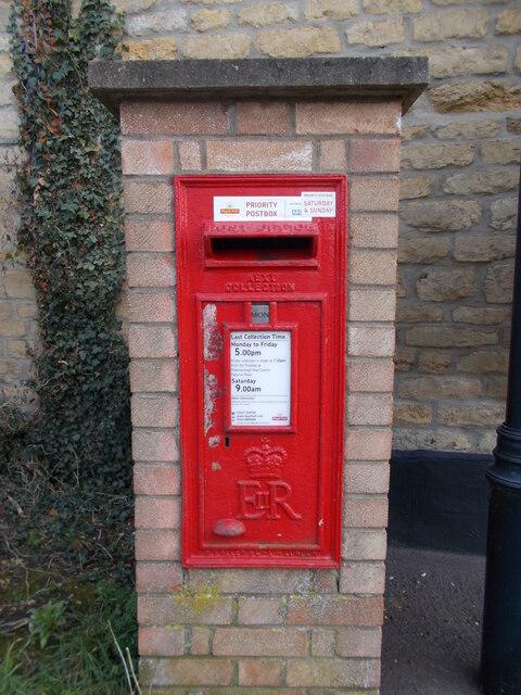 Wall-mounted EIIR postbox on High Street, Maxey