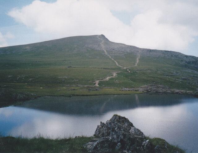 Paths descending from Y Garn to the shores of Llyn y Cŵn