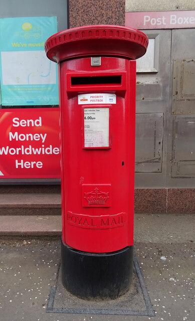 Elizabethan postbox on John Finnie Street, Kilmarnock