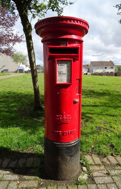 Elizabethan postbox on Castle, New Cumnock