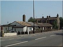 SE1431 : Single storey cottages on Southfield Lane by David Spencer