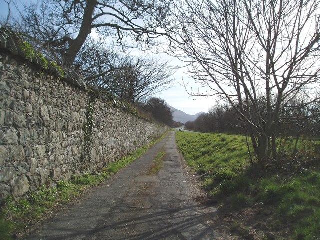 Footpath on the A499 (Caernarfon to Pwllheli)