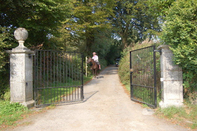 Electrically operated gates to Bridleway at Stone Cross