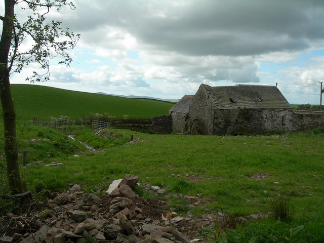 Farmland and abandoned building at Lochhill farm