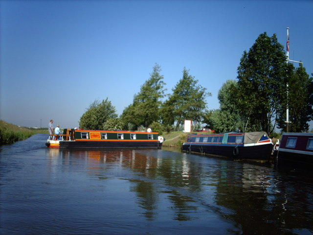 Narrowboat returning to Fox's Marina