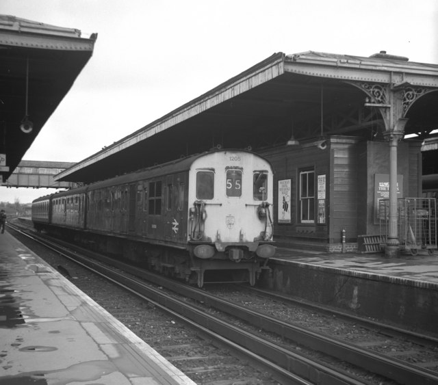 Guildford station, with '3R' unit