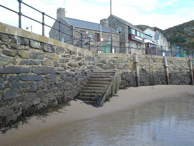 SH6115 steps from the stone jetty, Barmouth