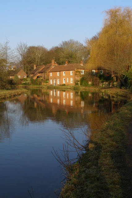 Cottages next to the Itchen Navigation