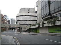 SU6400 : Bridge by Portsmouth Central Library by Basher Eyre