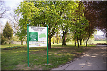 TQ3095 : Signpost at entrance to Oakwood Park, Prince George Avenue, London N14 by Christine Matthews