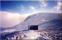 NH9503 : Sinclair Memorial Hut, Lairig Ghru, Scotland by idb