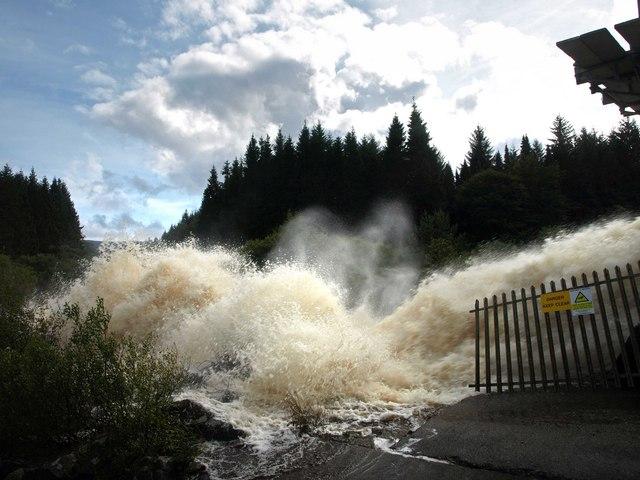 Draining Clatteringshaws Dam