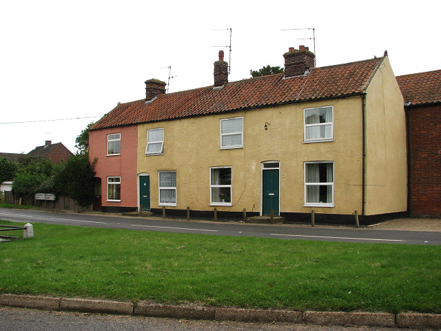 View across the green towards the B1355 (Burnham Road)