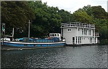 TQ0666 : Péniche and houseboat at Dumsey Eyot by Graham Horn